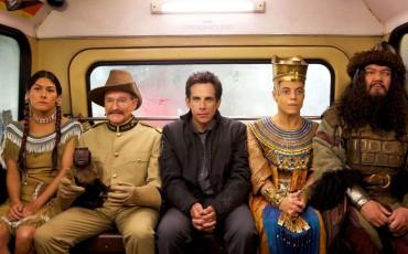 Still of Robin Williams, Ben Stiller, Patrick Gallagher, Mizuo Peck and Rami Malek in Noche en el museo: El secreto del faraón