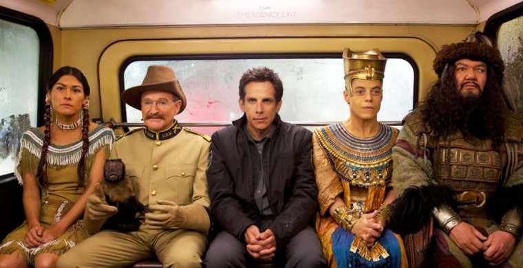 Still of Robin Williams, Ben Stiller, Patrick Gallagher, Mizuo Peck and Rami Malek in Noche en el museo: El secreto del faraón