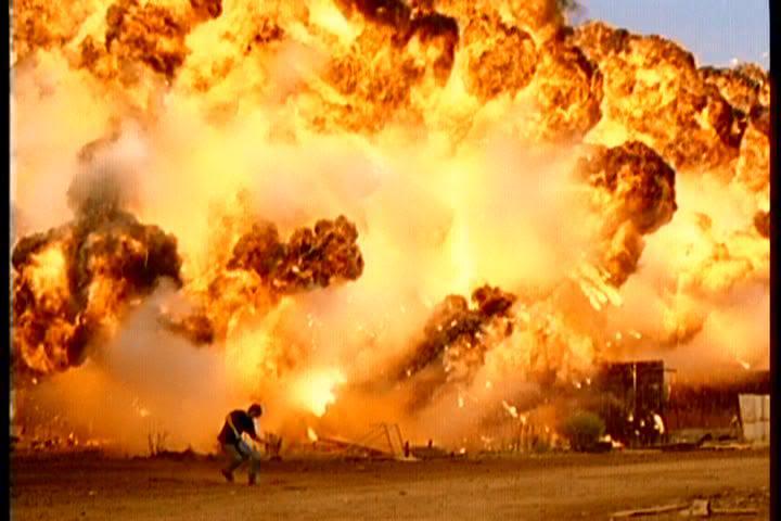 """Una emblemática escena de acción de """"Comodines"""": Suar escapando de una impresionante explosión."""