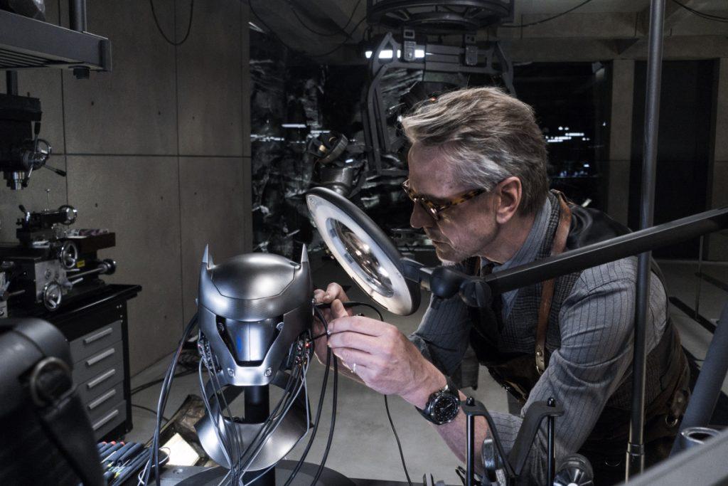 "Jeremy como Alfred en ""Batman vs. Superman: el origen de la justicia""."