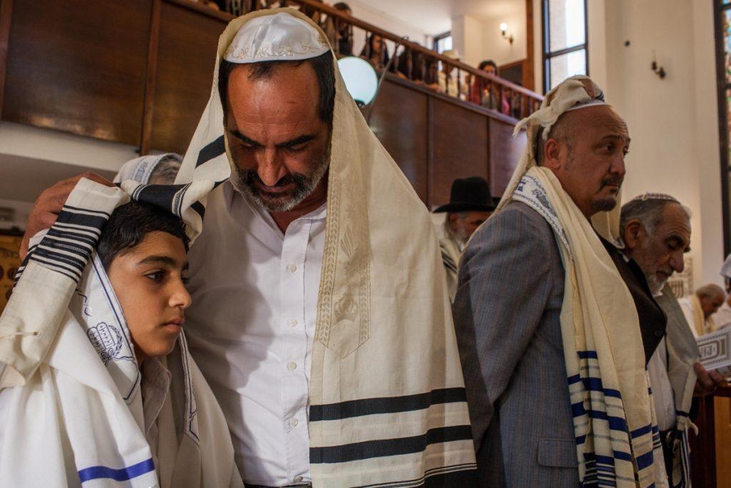 Navid Negahban y Asher Avrahami, Padre e hijo-
